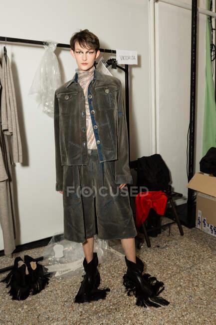 МИЛАН, ИТАЛИЯ - 21 февраля: Великолепная модель позирует за кулисами прямо перед шоу Кристиано Бурани во время Недели женской моды в Милане 21 февраля 2020 года . — стоковое фото