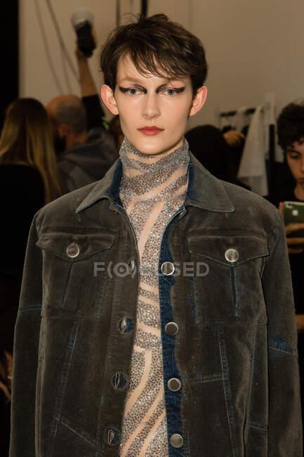 MILÃO, ITÁLIA - FEVEREIRO 21: Modelo lindo posa nos bastidores pouco antes do show Cristiano Burani durante a Milan Women 's Fashion Week em 21 de fevereiro de 2020 em Milão . — Fotografia de Stock