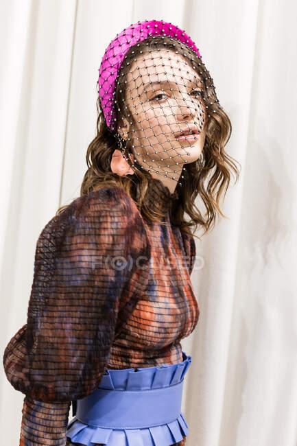 MILÃO, ITÁLIA - FEVEREIRO 21: Modelo lindo posa nos bastidores pouco antes de Lumiere e Kapoor apresentação durante Milan Women 's Fashion Week em fevereiro 21, 2020 em Milão . — Fotografia de Stock