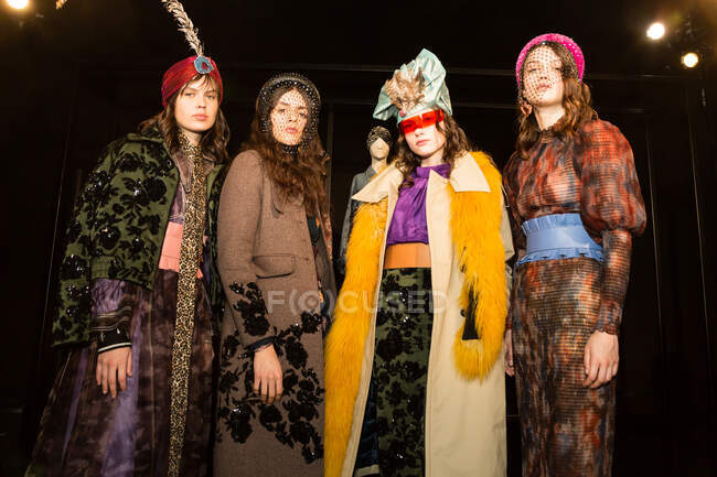 MILÃO, ITÁLIA - FEVEREIRO 21: Modelos lindos posar nos bastidores pouco antes Lumiere e Kapoor apresentação durante Milan Women 's Fashion Week em fevereiro 21, 2020 em Milão . — Fotografia de Stock