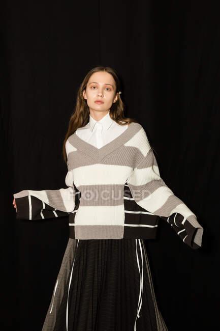 MILÃO, ITÁLIA - FEVEREIRO 23: Linda modelo posa nos bastidores pouco antes Simona Marziali desfile durante Milan Women 's Fashion Week em FEVEREIRO 23, 2020 em Milão . — Fotografia de Stock