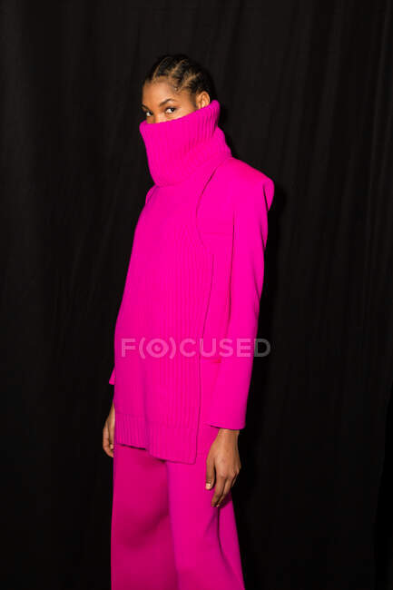 MILAN, ITALIE - 23 FÉVRIER : Magnifique mannequin pose dans les coulisses juste avant le défilé Simona Marziali lors de la Semaine de la mode féminine de Milan le 23 février 2020 à Milan . — Photo de stock