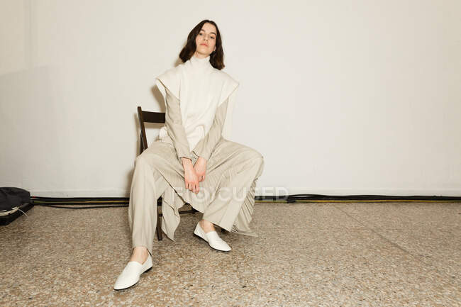 МИЛАН, ИТАЛИЯ - 23 февраля: Великолепная модель позирует за кулисами перед выступлением Симоны Марзиали на Неделе женской моды в Милане 23 февраля 2020 года . — стоковое фото