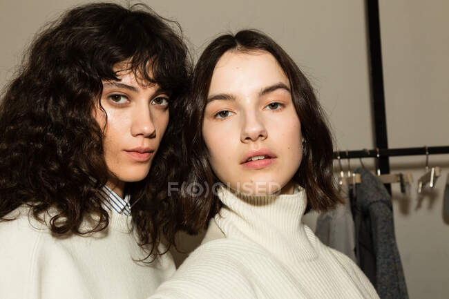 MILAN, ITALY - FEBRUARY 23: Gorgeous models pose in the backstage just before Simona Marziali show during Milan Women's Fashion Week on FEBRUARY 23, 2020 in Milan. — Stock Photo