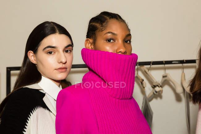 MILÃO, ITÁLIA - FEVEREIRO 23: Modelos lindos posam nos bastidores pouco antes da Simona Marziali durante a Milan Women 's Fashion Week em 23 de fevereiro de 2020 em Milão . — Fotografia de Stock