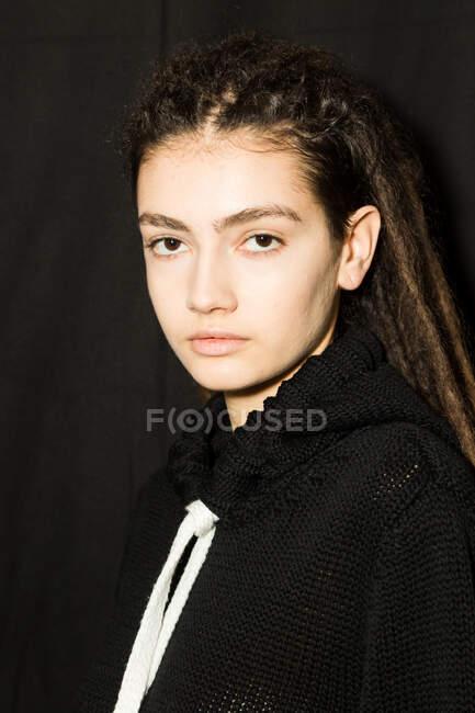МИЛАН, ИТАЛИЯ - 19 февраля: Великолепная модель позирует за кулисами перед выступлением Марко Рамбальди на Неделе женской моды в Милане 19 февраля 2020 года . — стоковое фото