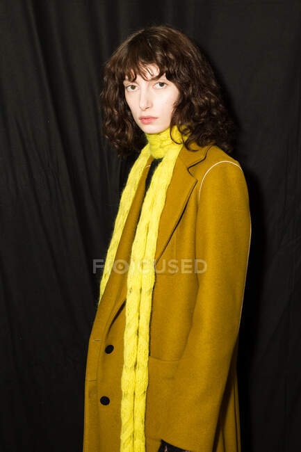 MILAN, ITALIE - 19 FÉVRIER : Magnifique mannequin pose dans les coulisses juste avant le défilé Marco Rambaldi lors de la Semaine de la mode féminine de Milan le 19 février 2020 à Milan . — Photo de stock