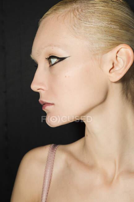 МИЛАН, ИТАЛИЯ - 19 ФЕВРАЛЯ: Великолепная модель позирует за кулисами перед Ультрамеханическим шоу во время Недели женской моды в Милане 19 февраля 2020 года . — стоковое фото