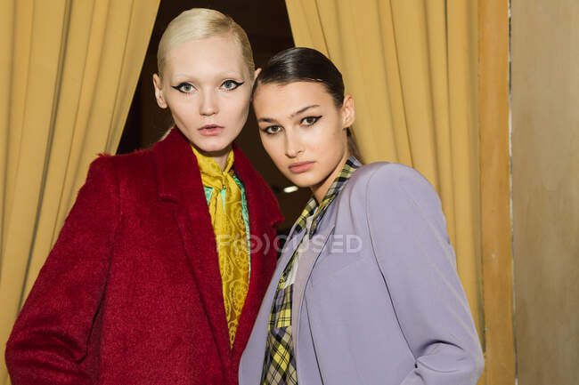 MILAN, ITALY - FEBRUARY 19: Gorgeous models pose in the backstage just before Ultrachic show during Milan Women's Fashion Week on FEBRUARY 19, 2020 in Milan. — Stock Photo