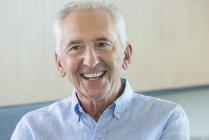 Портрет счастливого пожилого человека, отводящего взгляд — стоковое фото