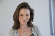 Portrait de femme d'âge mûr heureuse sur fond gris — Photo de stock