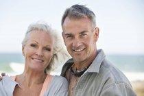 Портрет счастливой расслабленной пары, стоящей на пляже — стоковое фото