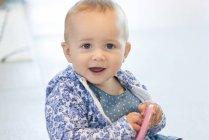 Gros plan d'une petite fille jouant avec des jouets — Photo de stock