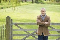 Porträt von zuversichtlich reifer Mann stehend im park — Stockfoto