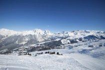 Frankreich, Alpen, schneebedeckte Skipiste in Courchevel — Stockfoto