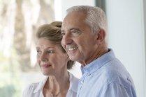Primer plano de la feliz pareja de ancianos mirando hacia otro lado - foto de stock
