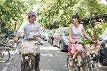 Пара перевозящих овощи на велосипедах в городе, Париже, Иль-де-Франс, Франция — стоковое фото