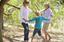 Crianças alegres brincando no jardim de verão — Fotografia de Stock