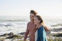 Rilassato coppia romantica passeggiando sulla costa insieme — Foto stock