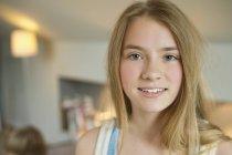 Ritratto di adolescente sorridente in camera — Foto stock