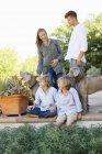 Famiglia felice divertirsi in cortile con i cani — Foto stock