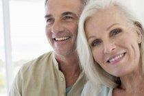 Close-up de casal sênior sorridente romântico — Fotografia de Stock