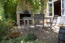 Meubles en bois sur l'arrière-cour de la maison de campagne — Photo de stock