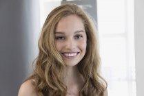 Портрет светловолосой улыбающейся девочки-подростка, улыбающейся — стоковое фото