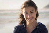 Портрет счастливой молодой женщины на пляже — стоковое фото