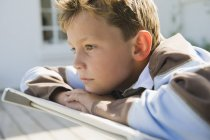 Крупным планом скучающего мальчика, лежащего на шезлонге — стоковое фото