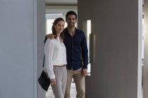Retrato de casal feliz em pé à porta da casa — Fotografia de Stock