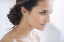 Retrato de mujer sonriente con maquillaje elegante mirando hacia otro lado — Stock Photo