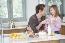 Людина пити чай з дочкою в кухні — стокове фото