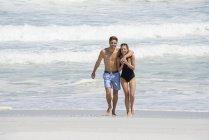 Ritratto di coppia felice passeggiando sulla spiaggia di sabbia — Foto stock