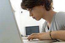Close-up de adolescente usando laptop — Fotografia de Stock
