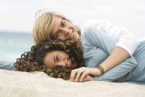 Портрет подростка и девочки, отдыхающих на пляже — стоковое фото