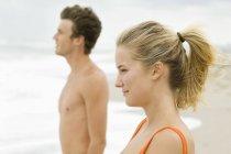 Primo piano di coppia in piedi sulla spiaggia e guardando la vista — Foto stock