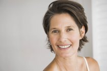 Портрет улыбаясь зрелой женщины с короткими волосами — стоковое фото