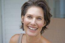 Ritratto di donna matura sorridente con i capelli corti — Foto stock