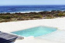 Vista panoramica sulla piscina vicino al mare — Foto stock