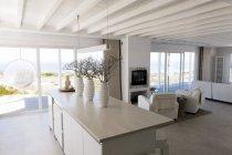 Інтер'єр сучасних вітальня в будинку на узбережжі моря — стокове фото