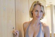 Primo piano della donna bionda che distoglie lo sguardo nello spogliatoio — Foto stock