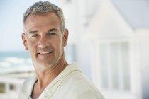 Portrait von zuversichtlich Mann lächelnd im freien — Stockfoto