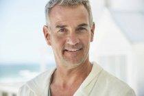 Porträt eines selbstbewussten Mannes, der draußen lächelt — Stockfoto