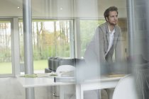 Дизайнер интерьера работает на ноутбуке в офисе — стоковое фото