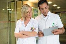 Врачи обсуждают медицинское заключение в больнице — стоковое фото