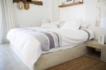 Интерьер современной уютной светлой спальни — стоковое фото