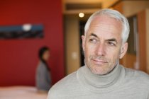 Portrait d'un homme mûr réfléchi assis dans une chambre d'hôtel — Photo de stock