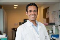 Retrato do doutor masculino que sorri no hospital — Fotografia de Stock