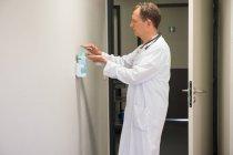 Homme médecin utilisant hygiène lavage des mains dans la chambre d'hôpital — Photo de stock